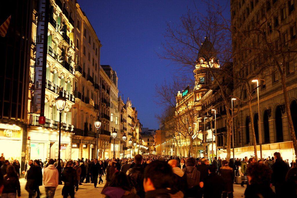 Avinguda del Portal de l'Àngel de noche con gente