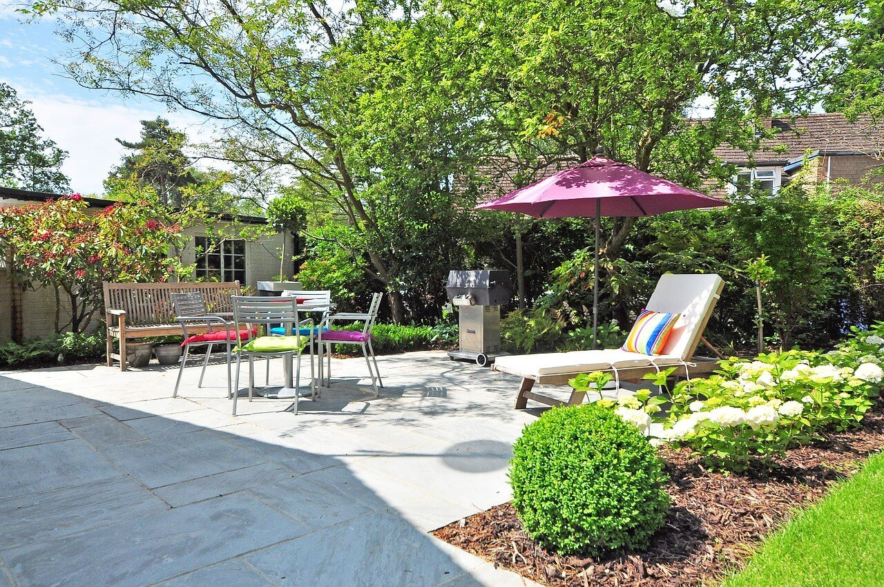 Jardín decorado para vender casa en verano