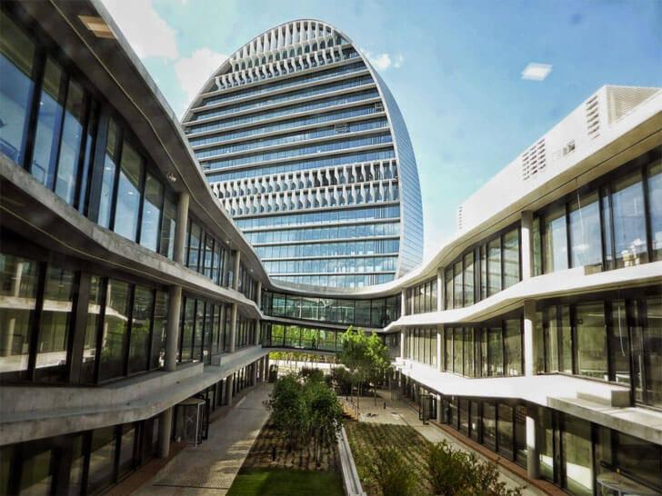 Edificio con muchas plantas de oficina