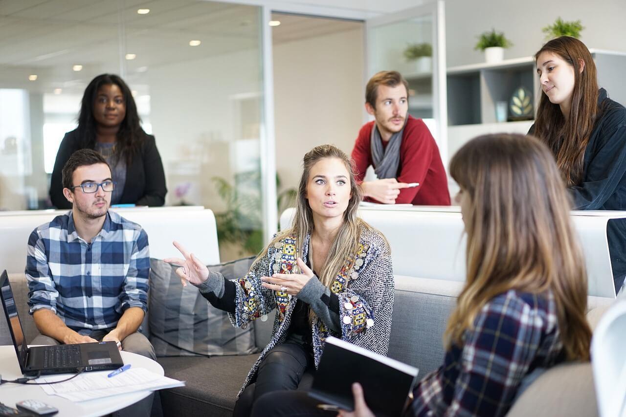 Espacio de reunión informal con plantas de oficina
