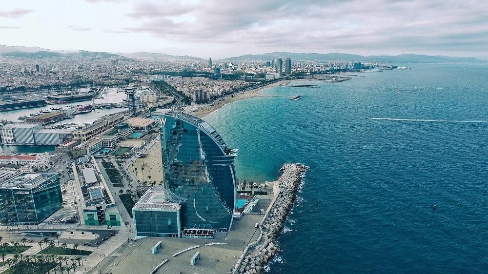 Puerto de Barcelona con hotel Wella en primer plano