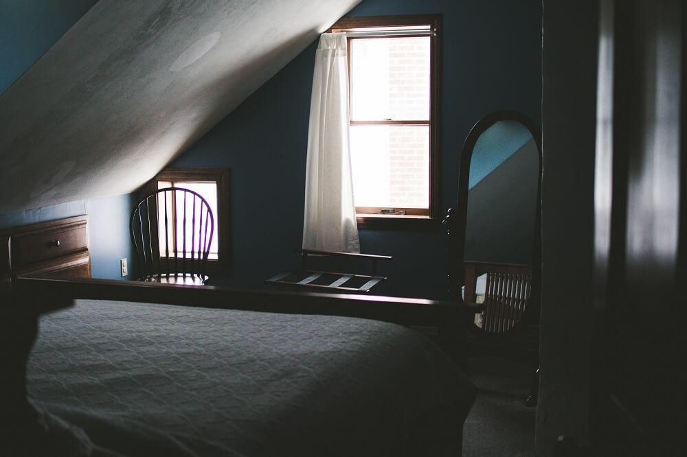 habitación oscura pintada de azul