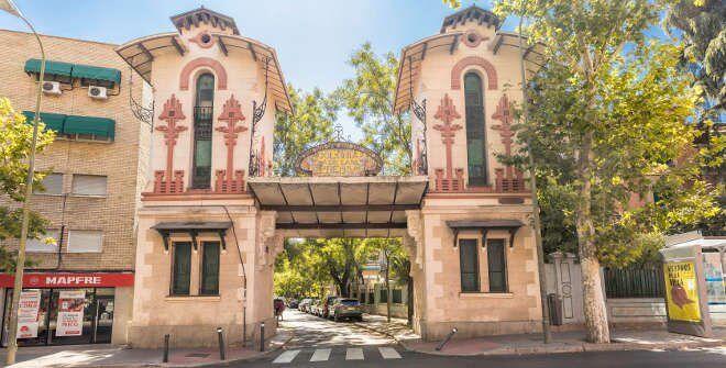 Entrada a la Colonia de la Prensa ubicada en el barrio de Puerta Bonita, Madrid