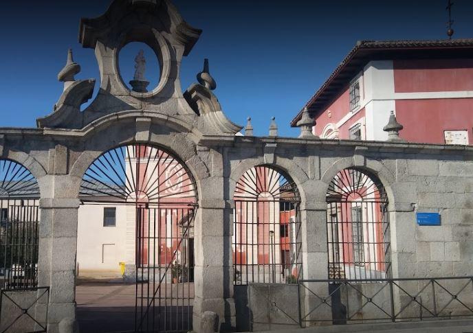 Fachada del Centro Sociocultural de Montecarmelo en Madrid
