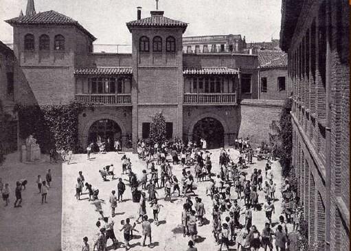 Fotografía del Patio del Colegio Centenario Cervantes durante el siglo pasado.