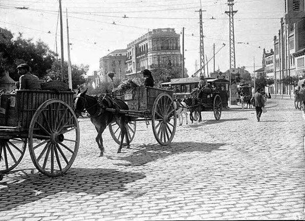 Vendedores ambulantes, basuseros, y agricultores en carreta por Cuatro Caminos.