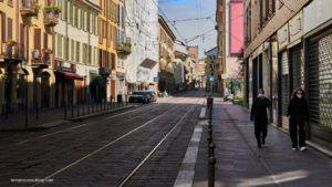Dos personas con mascarilla en una calle italiana durante la epidemia del Covid-19