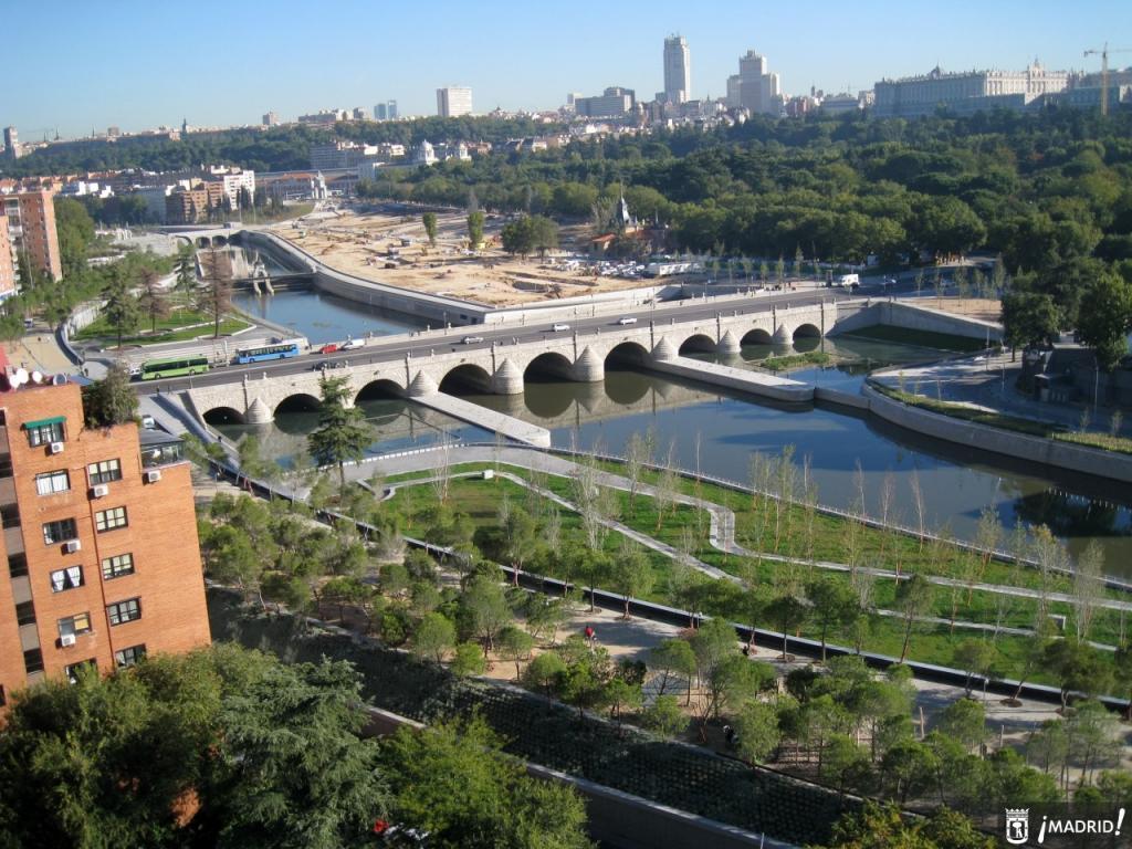 Vista panorámica del Puente de Segovia y Madrid Río en el distrito madrileño de Latina