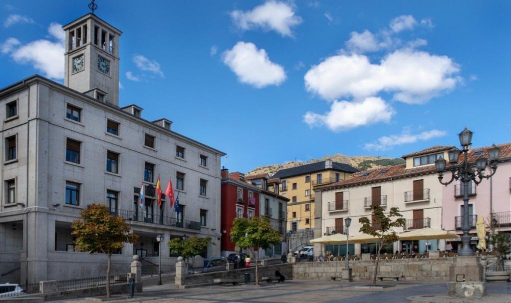 Ayuntamiento en la plaza de la localidad
